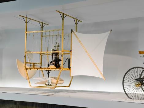 Vjerna kopija gondole, uključujući i Daimlerov motor, izložena je u Mercedesovom muzeju